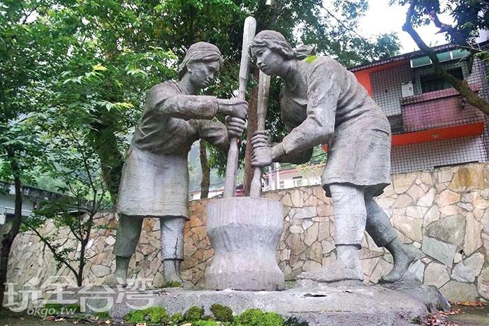 位於清泉部落的泰雅族婦女舂米雕像,深具泰雅族的文化意涵。/玩全台灣旅遊網特約記者smallting攝
