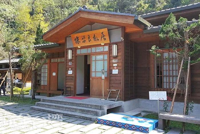 張學良故居為日式的黑瓦建築,雖然是重新改建,但當地的部落耆老都說和原來記憶中的故居幾乎完全一致。/玩全台灣旅遊網特約記者smallting攝