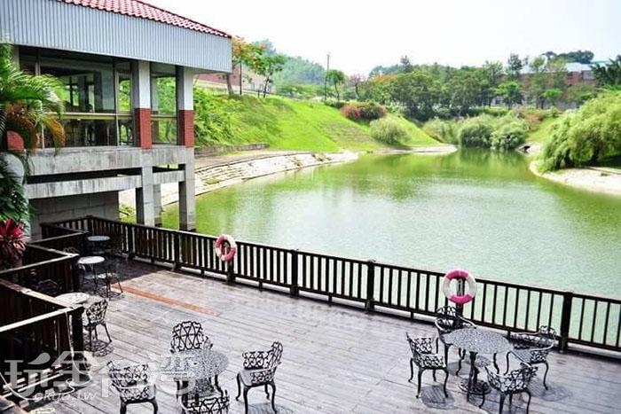 在湖畔棧臺的鑄鐵椅上喝杯熱咖啡,這樣的校園生活真是愜意。/玩全台灣旅遊網特約記者smallting攝