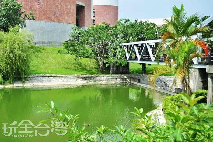 除了石造的同安古橋,水道上還可見到頗具現代簡潔風格的鐵橋,這裡也是個讓人爭相拍照的地點唷。/玩全台灣旅遊網特約記者smallting攝