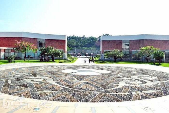 這是位於南藝大圖書館前的銅鏡廣場,廣場上的圖案是仿自漢代的四鳳紋銅鏡圖案。/玩全台灣旅遊網特約記者smallting攝
