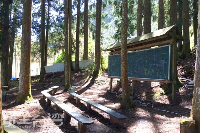 新光國小的學生平日就是坐在木椅上,聆聽老師在大黑板前講解課程。/玩全台灣旅遊網特約記者smallting攝