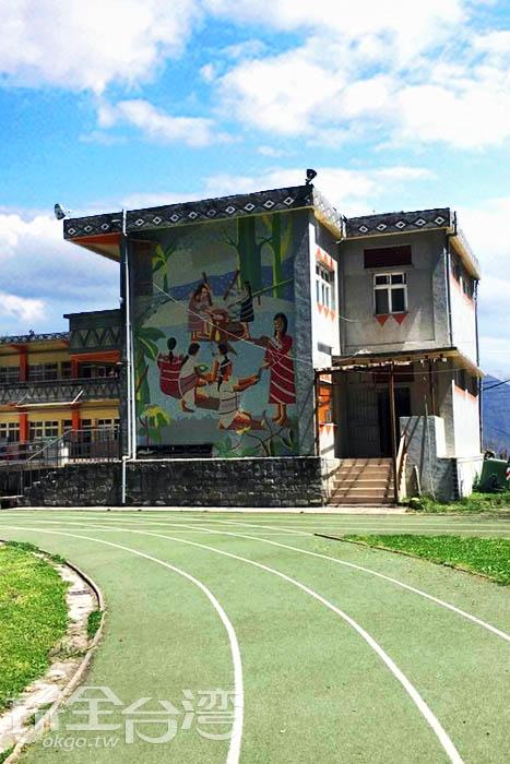 新光國小是新竹縣海拔最高的一所學校,校園內的建築都是以發揚傳統泰雅文化為主。/玩全台灣旅遊網特約記者smallting攝