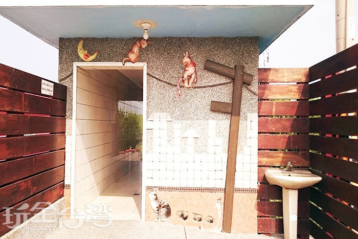 看著廁所上的可愛貓群,原本不想上廁所都變得想上了/玩全台灣旅遊網特約記者蔡忻容攝