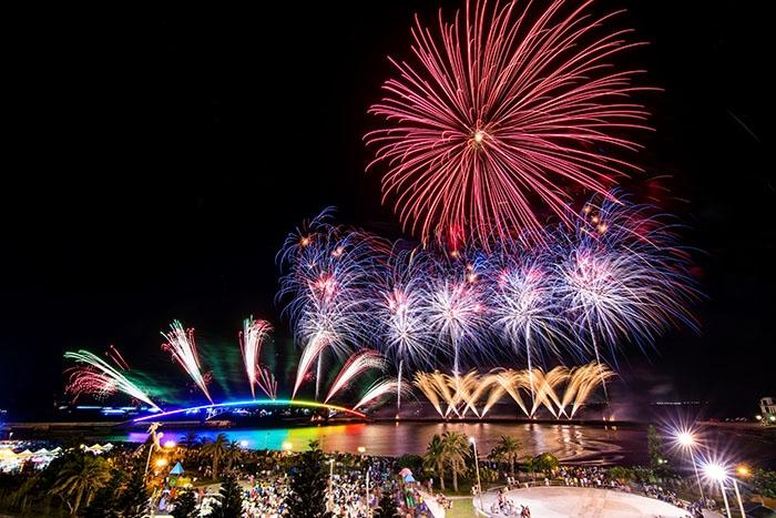 煙花在橋上綻放著令人屏息的美/玩全台灣旅遊網艾波利提供