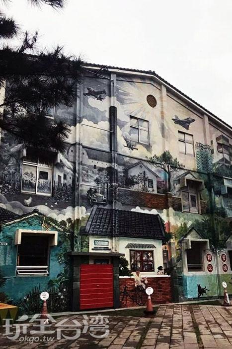 眷村博物館側面外牆的彩繪就是一幅美麗且精緻的藝術品。/玩全台灣旅遊網特約記者攝