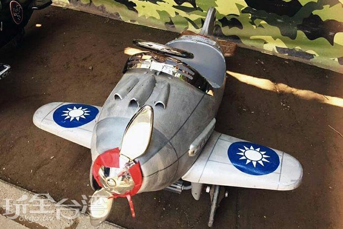 停車場旁的小尺寸戰鬥飛機,許多小朋友們都等著和它拍照呢。/玩全台灣旅遊網特約記者攝