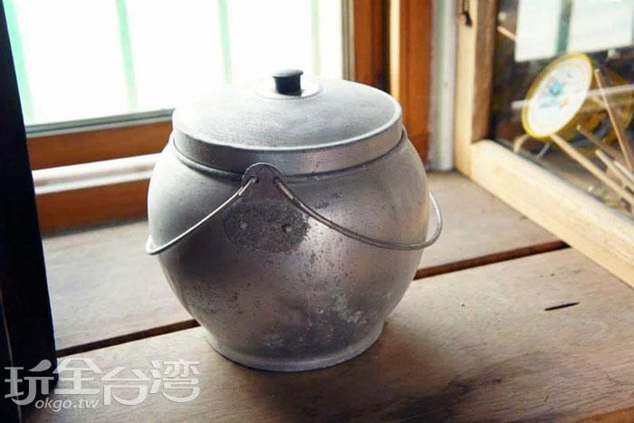 舊時裝豬油的罐子,滿是歲月的味道。/玩全台灣旅遊網特約記者攝