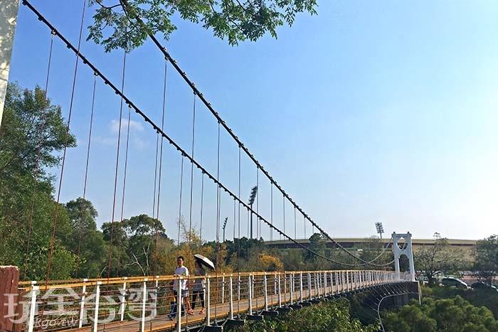 筆直的吊橋沿途可欣賞到絕美的風光/玩全台灣旅遊網一隻魚攝