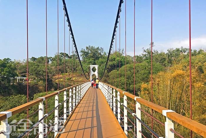 入口之一的華陽吊橋連結體育場與公園/玩全台灣旅遊網一隻魚攝