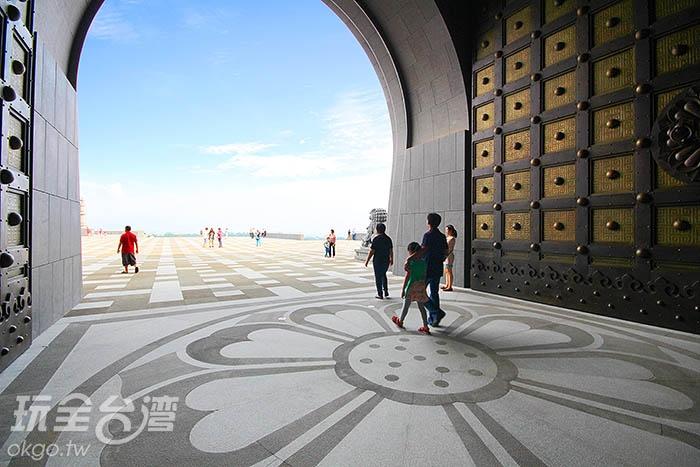 開闊的大門彷彿象徵著佛海與藝術無邊/玩全台灣旅遊網攝