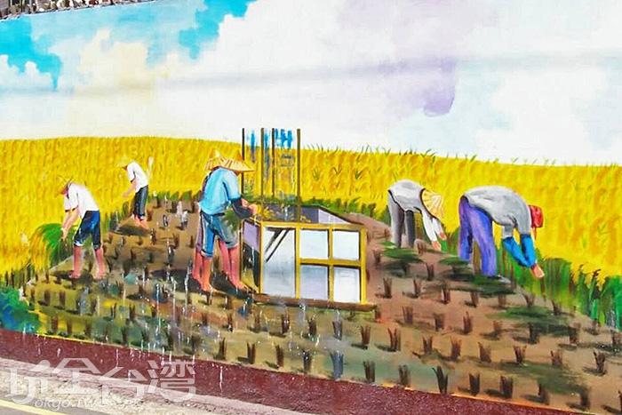 男人們正忙著收割稻穀,唯有辛勤耕耘採才能開心收穫。/玩全台灣旅遊網特約記者攝