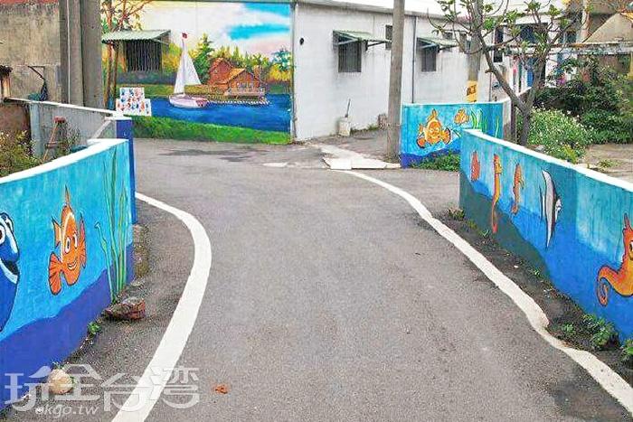 坑口彩繪村地矮的圍牆上繪有海底世界的可愛生物。/玩全台灣旅遊網特約記者攝
