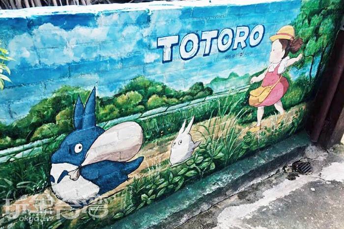 小梅靜悄悄地偷偷跟在剛採完橡樹籽的小龍貓和中龍貓身後。/玩全台灣旅遊網特約記者攝