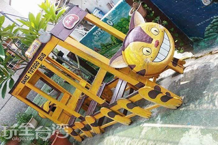 利用木板所製作而成的貓公車,真的和動畫中的貓公車一樣有12隻腳唷!/玩全台灣旅遊網特約記者攝