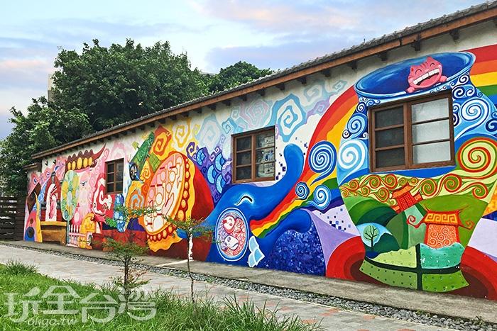 在老房子外繪上繽紛鮮豔的彩繪壁畫,增添了活潑氣息/玩全台灣旅遊網特約記者一隻魚攝