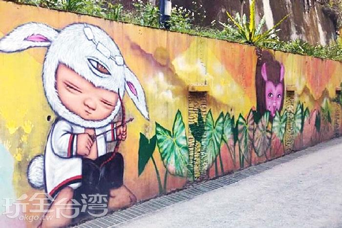 由泰國畫家所繪製的「布農族打獵」,弓箭上有著布農族的圖騰意象。/玩全台灣旅遊網特約記者攝