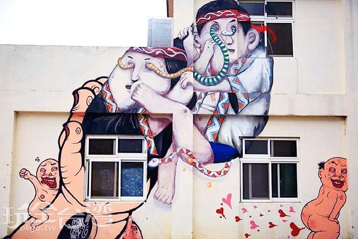 這是描繪兩個小孩子在打架,藝術家的創造力真的無限大。/玩全台灣旅遊網特約記者攝