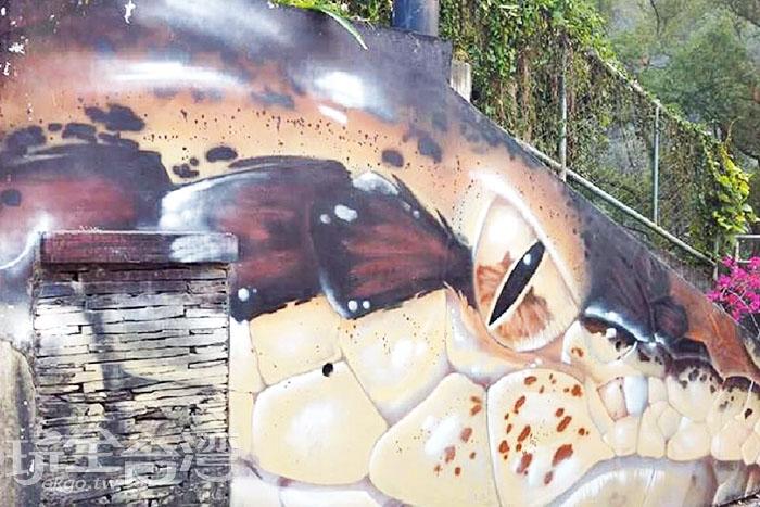這是由夏威夷畫家所繪製的巨型大鱷魚,位在潭南國小的操場周邊。/玩全台灣旅遊網特約記者攝