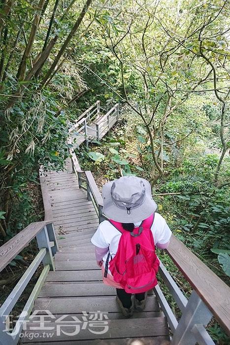 一路設有木棧道階梯步道好行走。/玩全台灣旅遊網特約記者蔡忻容攝