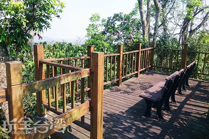 步道陳設許多座椅供遊客休息。/玩全台灣旅遊網特約記者蔡忻容攝