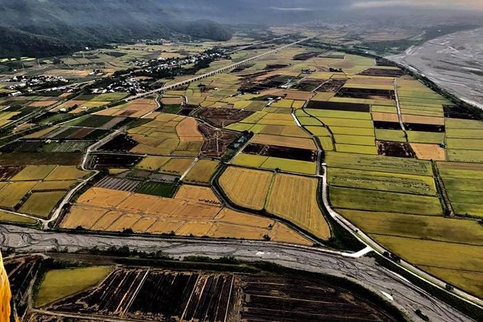 在熱氣球上空拍田園景色,這麼美麗的景緻就在台東/台灣熱氣球嘉年華粉絲頁提供