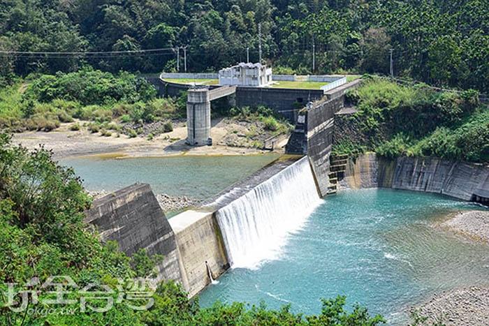 當洩洪時,那嘩嘩水聲加上壯碩的景色,讓人無法移開目光/玩全台灣旅遊網特約記者吳明倫攝