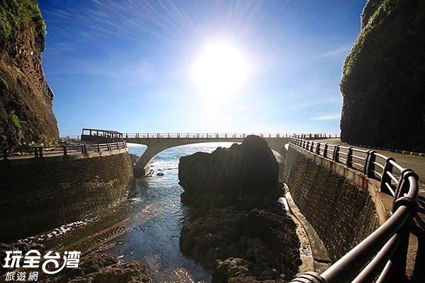 馬蹄橋是你來到綠島絕對不能錯過的經典景點/玩全台灣旅遊網攝