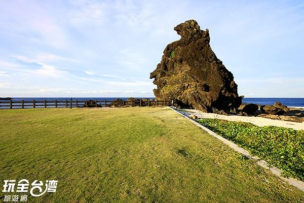 將軍岩威嚴的佇立在綠島文化園區旁/玩全台灣旅遊網攝