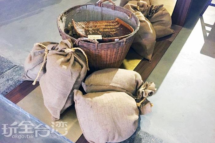 以前裝茶葉的袋子皆是用布袋盛裝,袋子這麼大就可以知道茶業多麼的受歡迎/玩全台灣旅遊網攝