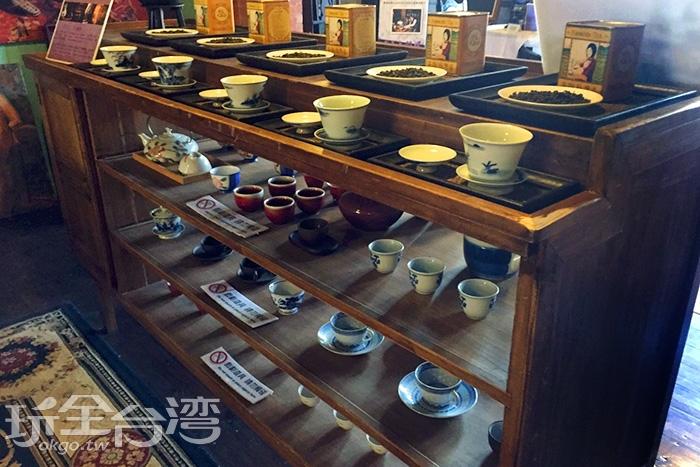 古色古香的茶櫃上放著各式各樣珍貴的茶具/玩全台灣旅遊網攝