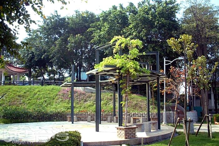位在田尾公路花園旁的親水公園內有七彩音樂噴泉,是夜晚來到這裡的必賞之地!/玩全台灣旅遊網攝