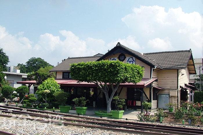 建於日治時騎的車站現今還保留著日本建築的特色/玩全台灣旅遊網攝