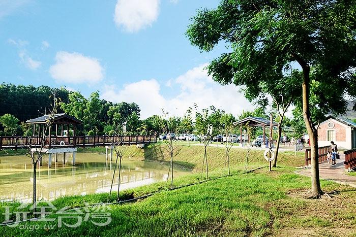 停車場旁就有洗手間,周圍還有營造出來的水池,上面還有一座涼亭供遊客休息歇腳。/玩全台灣旅遊網特約記者蔡忻容攝