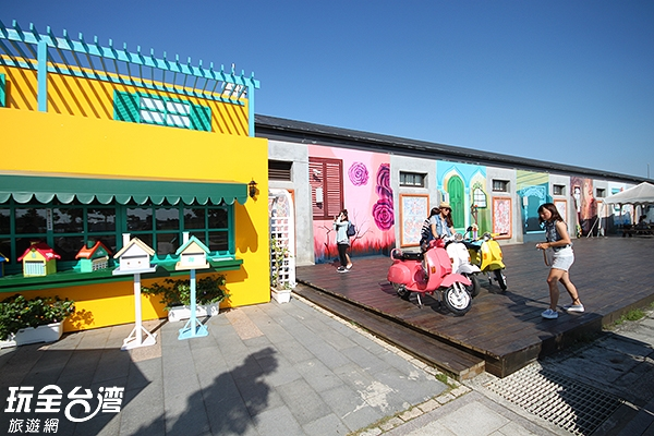 北門遊客中心有著許多彩色童話小屋/玩全台灣旅遊網攝