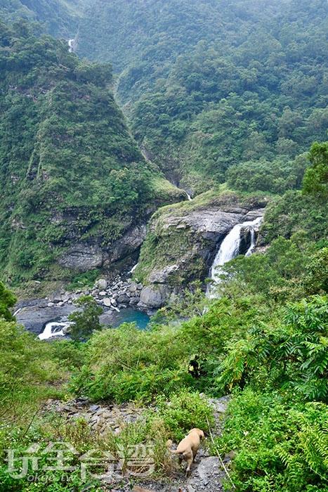 那個藍綠色的水潭就是我們這次的目的地啦!/玩全台灣旅遊網特約記者吳明倫攝