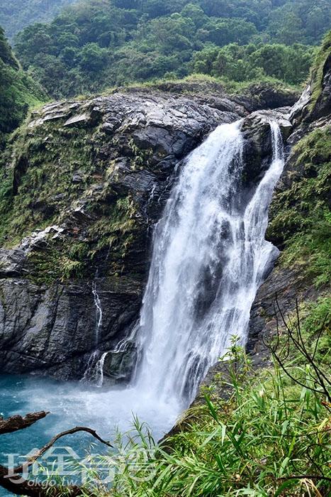 不同角度可以看見瀑布在岩石上沖洩的美唷!/玩全台灣旅遊網特約記者吳明倫攝