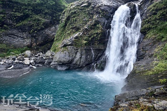 清涼的瀑布沖洩而下/玩全台灣旅遊網特約記者吳明倫攝