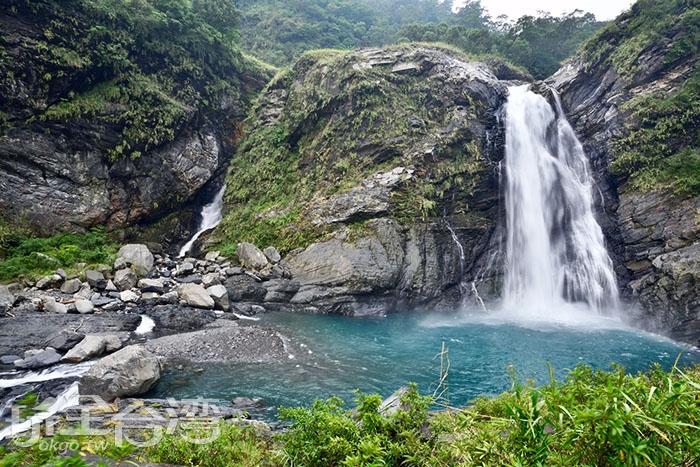 雖然瀑布並非是高聳型的,但看著澕澕流水也有一種世外桃源般的愜意/玩全台灣旅遊網特約記者吳明倫攝