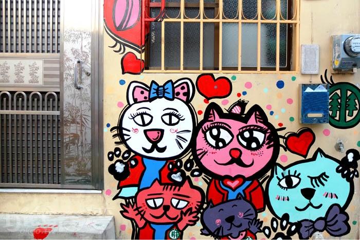 街巷兩旁隨處可見幸福洋溢的貓咪彩繪塗鴉,家家戶戶的牆面、窗戶、地板都變得活潑有趣、充滿魅力/玩全台灣旅遊網特約記者阿辰攝