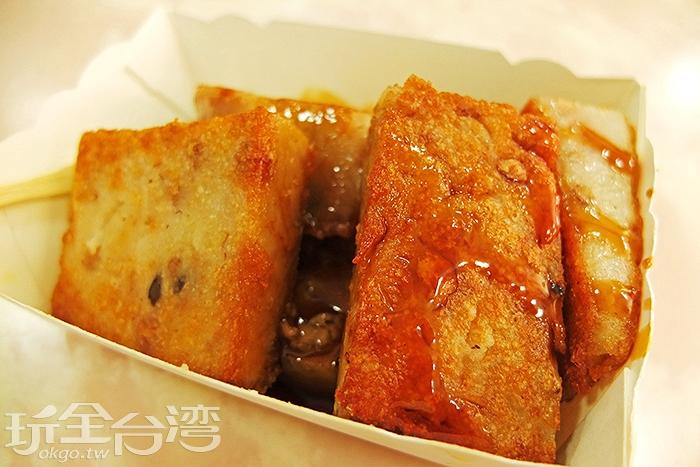 油油亮亮的芋粿,外皮酥脆可口,內裡香嫩柔軟,滿是芋頭自然的清香/玩全台灣旅遊網特約記者阿辰攝