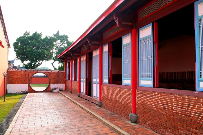前殿兩側開有圓形洞門,可穿至東西廂房與禮器庫等區域,往前走到底還會看到一座六角形的古井。/玩全台灣旅遊網特約記者阿辰攝