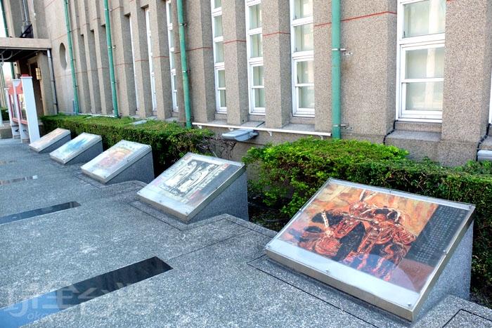 展館周圍人行步道上可見整排的瓷版畫,都是出自屏東在地代表藝術家的作品/玩全台灣旅遊網特約記者阿辰攝