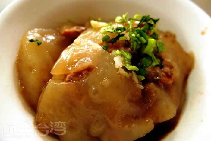 以純手工磨製米漿做成的肉圓外皮Q軟不粉爛,吃起來水水的很滑嫩,內餡肉塊去筋並拌入蔥仔酥添香氣,口感扎實。吃完肉圓還可以請店家加些清湯,混合殘留的醬汁別有一番風味,算是在地內行人的傳統吃法。/玩全台灣旅遊網特約記者阿辰攝