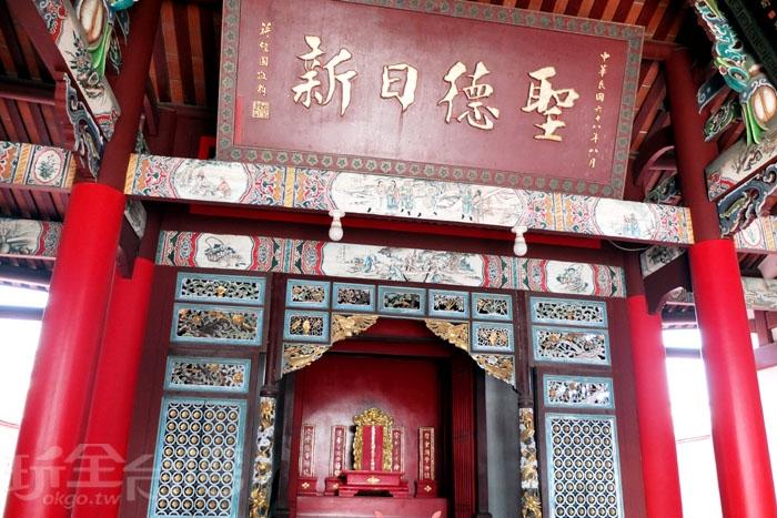 前殿主祀孔子和孟子、顏子、思子、曾子四聖,後殿與東西廂房祀奉著孔子世祖與門下弟子,而書院後段還有左右翼房,建築充滿特色。/玩全台灣旅遊網特約記者阿辰攝