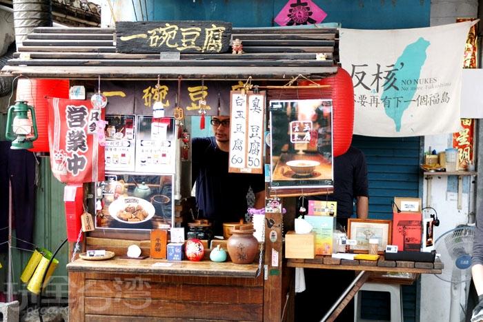 木作小攤子上放滿許多小物及吊飾點綴,洋溢著濃濃的日本風味,很有格調/玩全台灣旅遊網特約記者阿辰攝