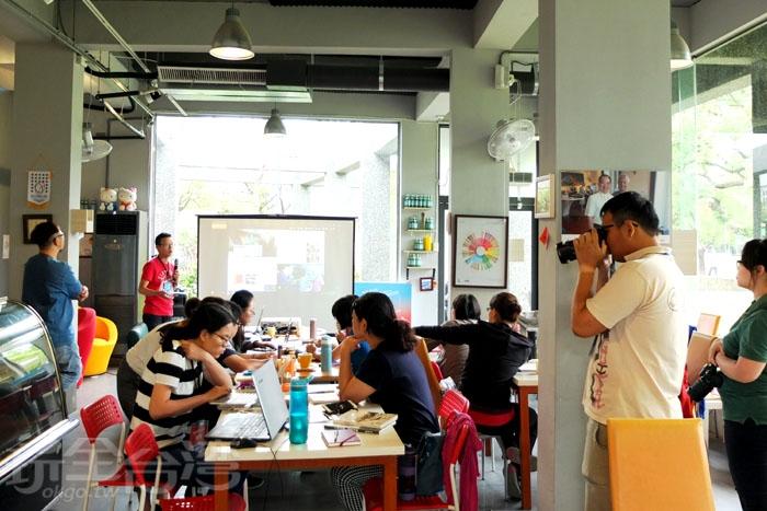 從店家粉絲團上常看見許多學校團體或社會團體會來到這裡辦演講、成果報告之類的活動,剛好當天現場也被我們碰到有人正在分享投影片。/玩全台灣旅遊網特約記者阿辰攝