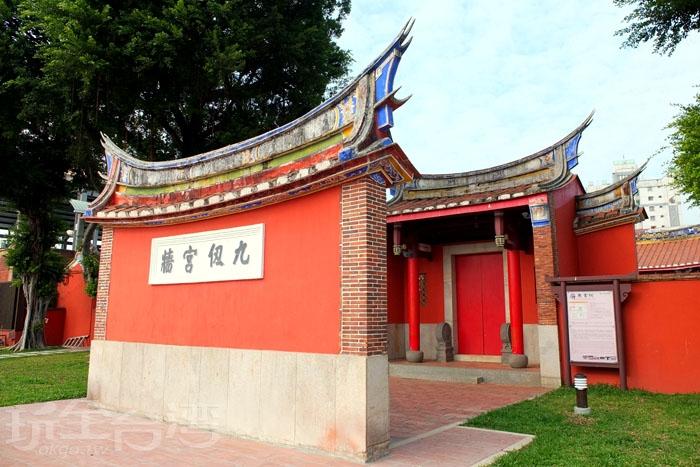 正門前加築一面照壁,彷彿隔絕了勝利路上的煩囂聲,照壁後側內嵌四塊石碑,記載書院當年的重修歷程,意義不凡。/玩全台灣旅遊網特約記者阿辰攝