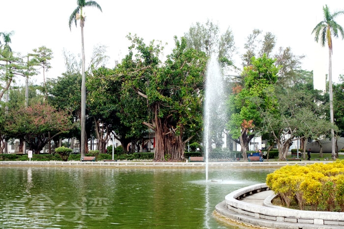 環境優美,綠樹環繞,中央的噴水池還會上演水舞戲碼/玩全台灣旅遊網特約記者阿辰攝