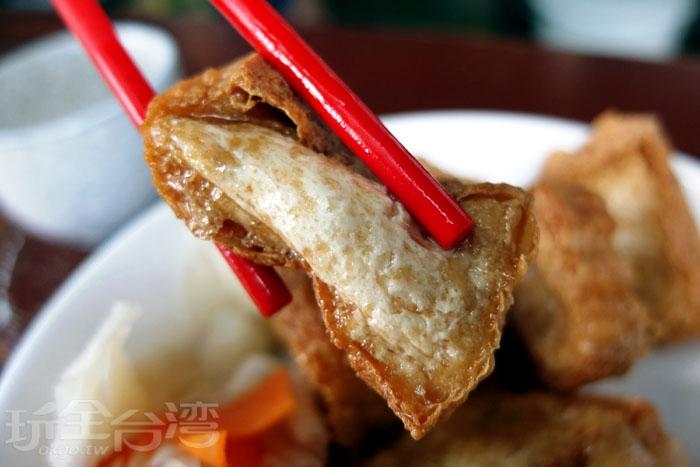 白玉豆腐其實不是臭豆腐,所以沒有和臭豆腐相同的氣味,老闆建議第一次吃可先不沾任何醬料,單純品嚐豆腐的原味。/玩全台灣旅遊網特約記者阿辰攝